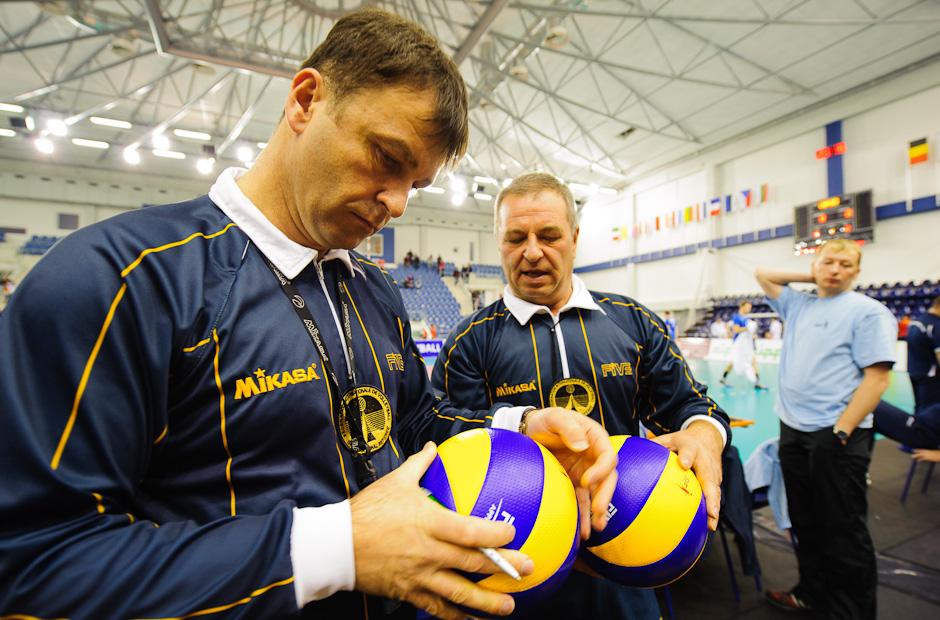 Kontrola a podpis lôpt rozhodcami pred zápasom Slovensko - Španielsko, Poprad, Streda 23.11.2011