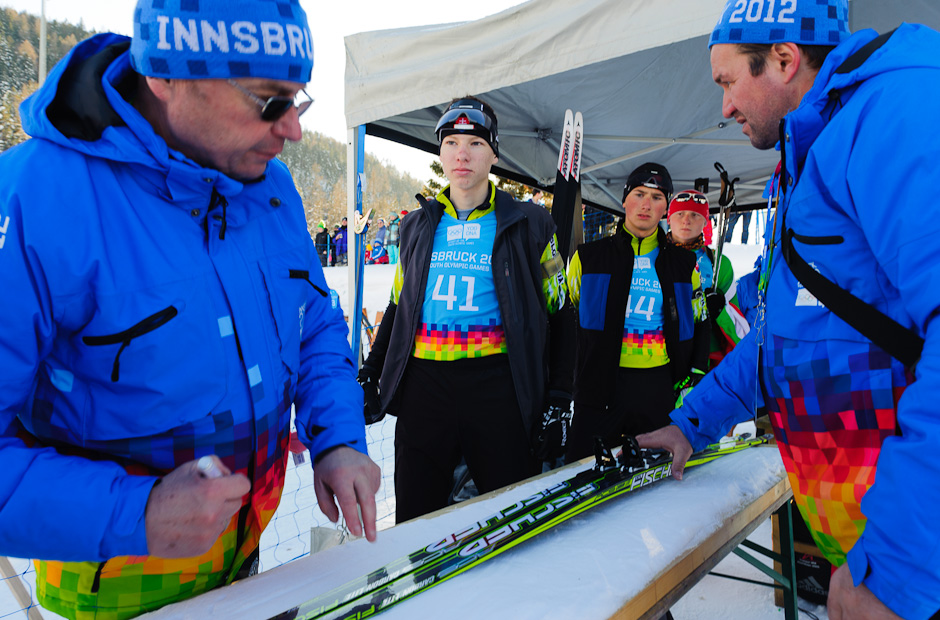 Ondrej Kosztolányi (vľavo) a Peter Oravec (vpravo) počas kontroly výstroje pred štartom stíhacích pretekov v biatlone, Zimné Olympíjske hry mládeže, Seefeld Arena, Innsbruck - Rakúsko, Pondelok 16.1.2012