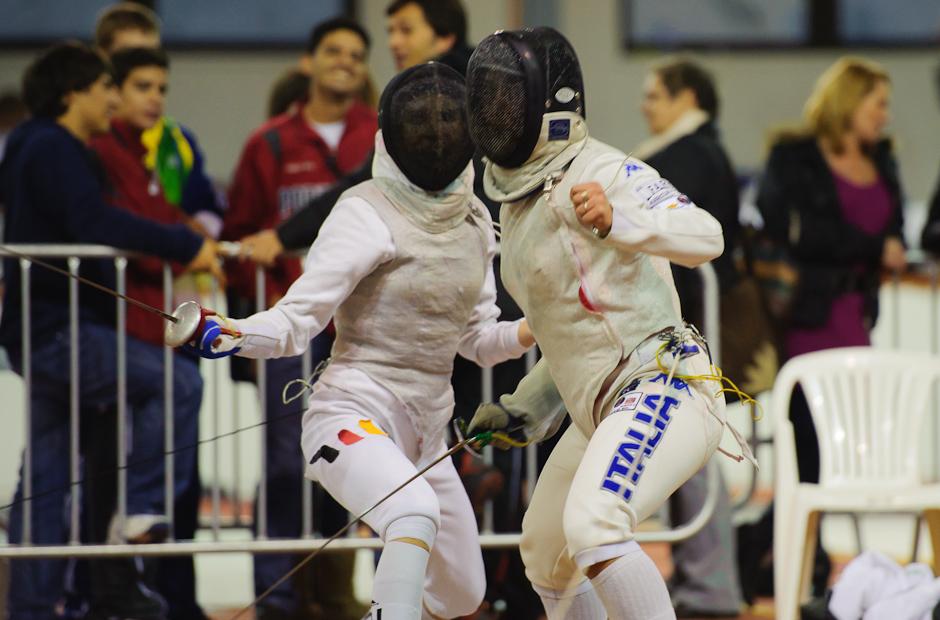 Leandra Behr (GER, vľavo) zvíťazila v súboji s Giulia Scacciati (ITA, vpravo) počas Memoriálu Ferdinand de Martinengo, atletická hala Elán, Bratislava, Sobota 19.11.2011