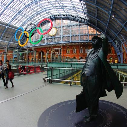 Londýnsku vlakovú stanicu St. Pankras International už nejakú dobu zdobili Olympíjske kruhy, Londýn - Veľká Británia, nedeľa 28.7.2012