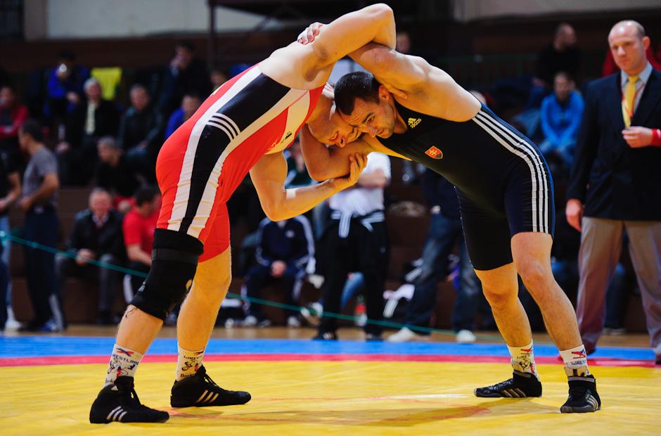 Ľuboš Tieffenbach (modrý) v zápase s Martinom Scirankom (červený) v kategórii do 84kg počas MSR v zápasení seniorov voľným štýlom 2011, Bratislava, Sobota 12.11.2011