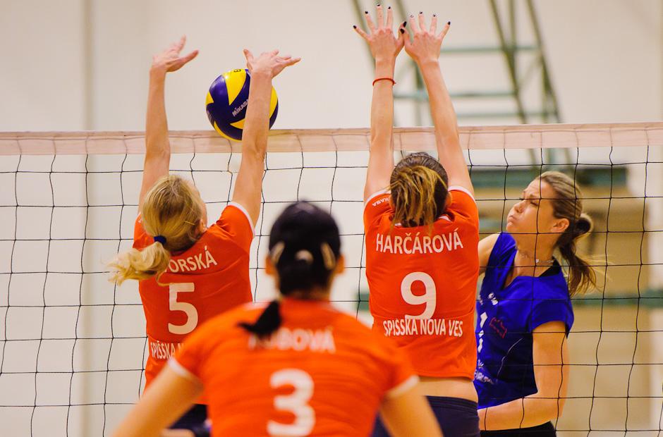 Lucia Bognárová smečuje proti Spišiačkam v zápase VŠK Paneurópa - VK Spišská Nová Ves. Paneurópa vyhrala 3:0. Bratislava, Nedeľa 4.12.2011