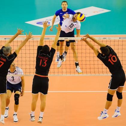 Lukas Diviš na smeči proti trojbloku Turecka v semifinálovom zápase s Tureckom v rámci Olympíjskej predkvalifikácie v Poprade, Poprad aréna, Piatok, 25.11.2011