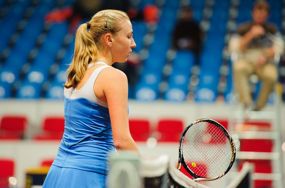 Lyudmyla Kichenok (UKR) nie je spokojná s rozhodnutím rozhodkyne v tenisovom zápase s Michaelou Hončovou o postup do druhého kola ITF Slovak Open 2011, NTC Sibamac aréna 2011, Bratislava, Streda 16.11.2011