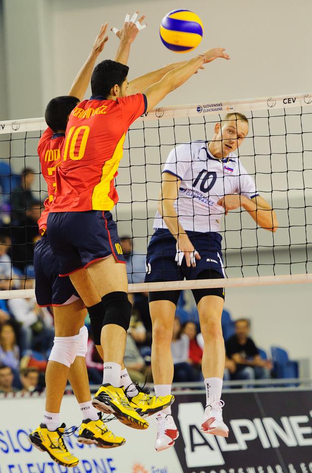 Martin Nemec na smeči počas zápasu Slovensko - Španielsko, Poprad aréna, Poprad, Streda 23.11.2011