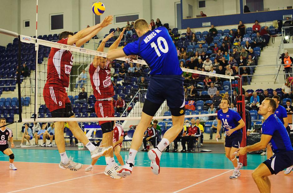 Martin Nemec na smeči proti rakúskemu dvojbloku v rámci olympíjskej predkvalifikácie. Utorok 22.11.2011, Poprad