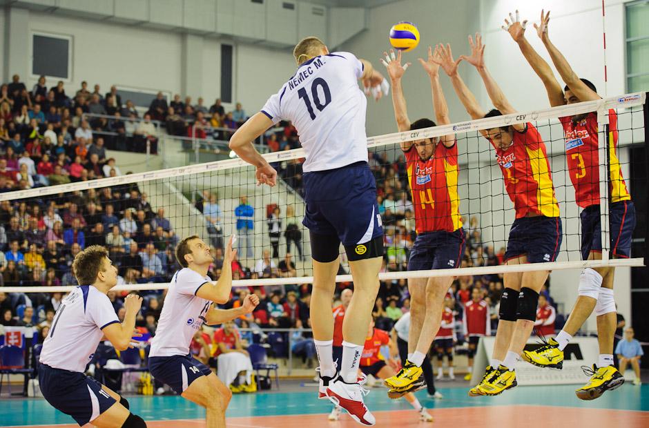 Martin Nemec na smeči proti trojbloku Španielska počas Olympíjskej predkvalifikácie vo volejbale v Poprad aréne, Poprad, Streda 23.11.2011