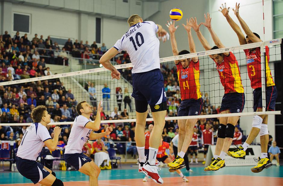 Martin Nemec na smeči proti trojbloku Španielov počas zápasu Slovensko - Španielsko, Poprad aréna, Poprad, Streda 23.11.2011