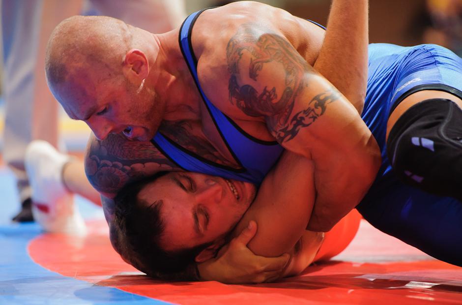Martin Sitár (modrý) v zápase s Petrom Tonkom (červený) v kategórii do 96kg počas MSR v zápasení seniorov voľným štýlom 2011, Bratislava, Sobota 12.11.2011