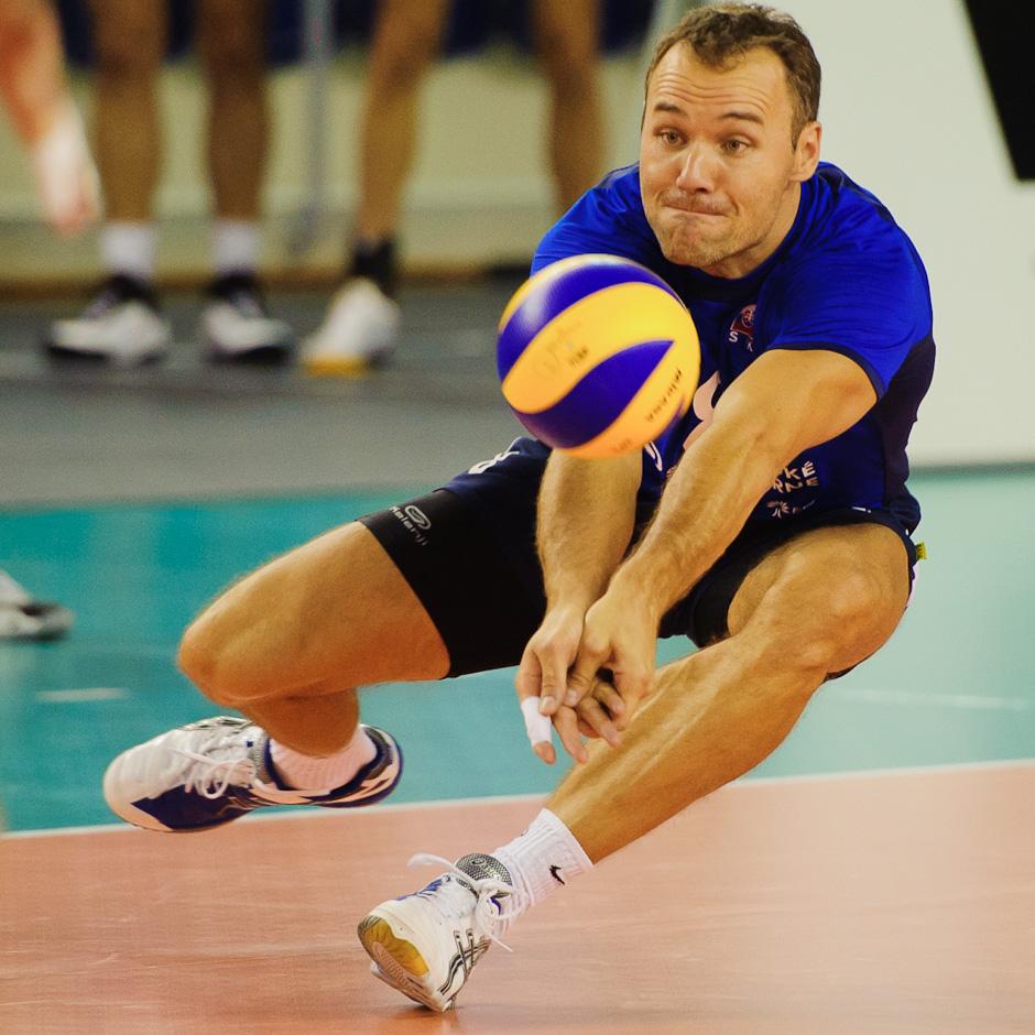 Martin Sopko na prijíme v lopty v poli počas finálového zápasu Olympíjskej predkvalifikácie vo volejbale so Španielskom, Poprad aréna, Poprad, 26.11.2011