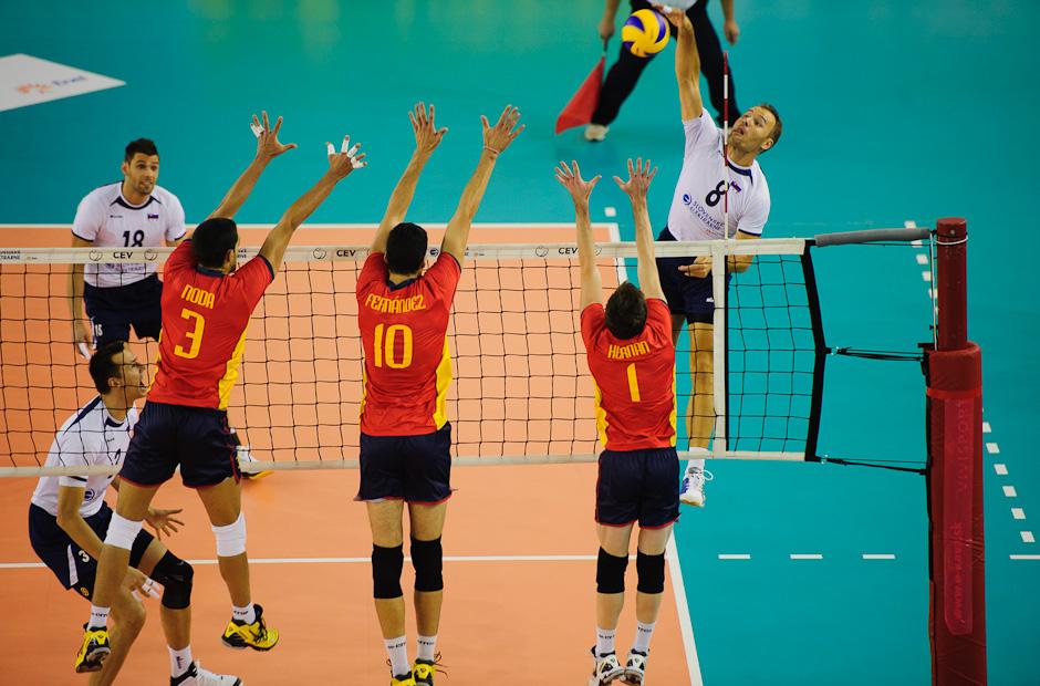 Martin Sopko na smeči proti trojbloku Španielov počas zápasu Slovensko - Španielsko, Poprad aréna, Poprad, Streda 23.11.2011