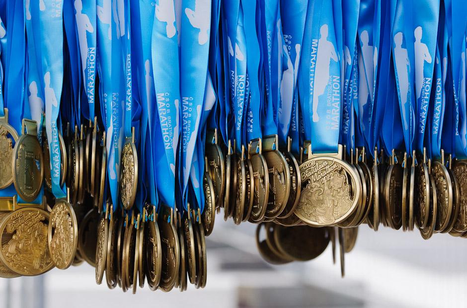 Každý účastník ktorý dobehol do cieľa dostal svoju medailu, ČSOB Bratislava Marathon 2012, Bratislava, Nedeľa 1.4.2012