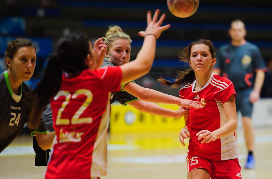 Monika Šandorová prihráva Simone Horváthovej v zápase Inter SC Bratislava - HK Piccard Senec, Hant aréna, Bratislava, 6.11.2011