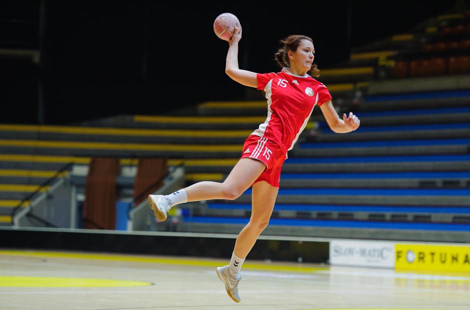 Monika Šandorová vo výskoku pred strelou na branu v zápase Inter SC Bratislava - HK Piccard Senec, Hant aréna, Bratislava, 6.11.2011