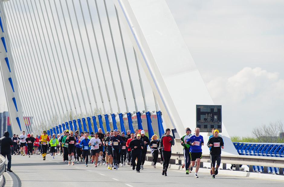 Bežci na moste Apollo za veterného počasia, ČSOB Bratislava Marathon 2012, Bratislava, Nedeľa 1.4.2012