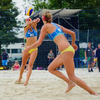 Dominika Nestarcová (vľavo) s Natáliou Dubovcovou (vpravo) v kvalifikačnom zápase s Kanadskou dvojicou Lessar-Martin na beach volejbalovom turnaju A1 Grand Slam presented by Volksbank, Klagenfurt - Rakúsko, Utorok 02.08.2011