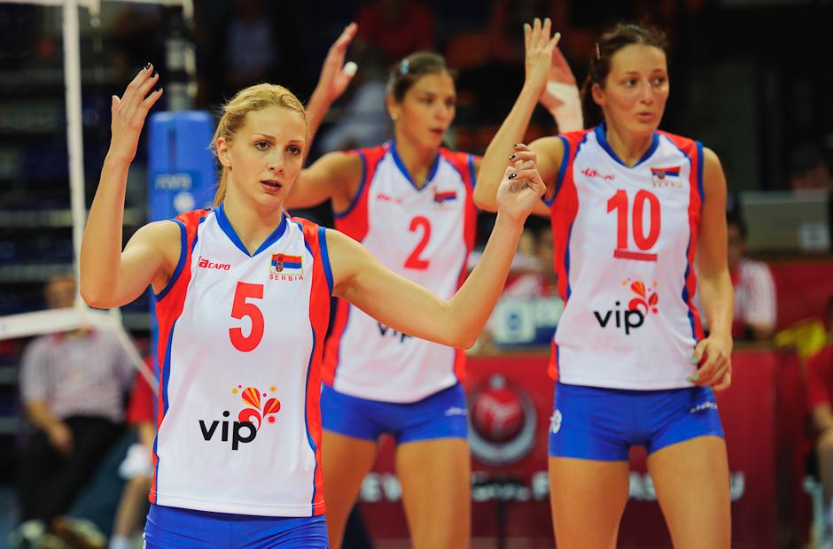Natasha Krsmanovic (SRB) nespokojná s rozhodnutím rozhodcu v zápase s Ruskom, Olympíjska kvalifikácia žien vo volejbale na XXX. Hry Olympiády v Londýne, Štvrtok 3.5.2012
