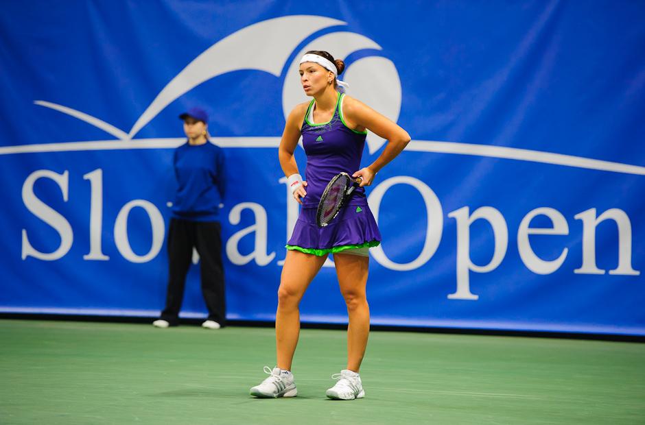 Nervozita Nicole Rottmann (AUT) v zápase proti Jane Čepelovej (SVK), počas prvého kola ITF Slovak Open 2011. Nicole prehrala zápas 6:3, 6:0, NTC Sibamac Aréna, Bratislava, Streda 16.11.2011