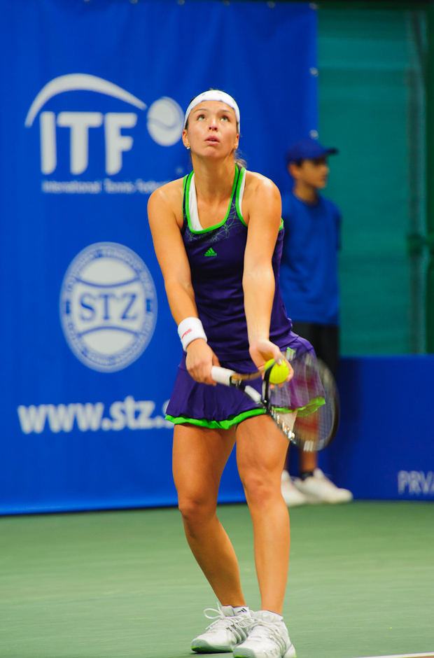 Nicole Rottmann (AUT) na podaní proti Jane Čepelovej (SVK), počas prvého kola ITF Slovak Open 2011, NTC Sibamac Aréna, Bratislava, Streda 16.11.2011