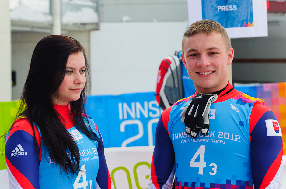 Zamyslená Nikola Drajnová s Jozefom Čikovským v cieli po miešanej štafete na Zimných Olympíjskych hrách mládeže, Innsbruck - Rakúsko, Utorrok 17.1.2012