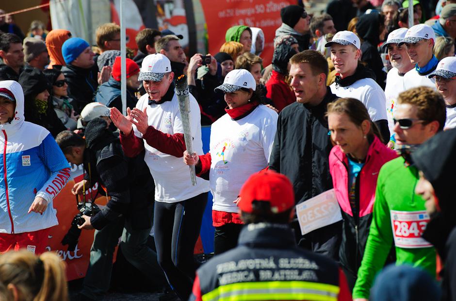 Olympíjska pochodeň v cieli maratónu, ČSOB Bratislava Marathon 2012, Bratislava, Nedeľa 1.4.2012