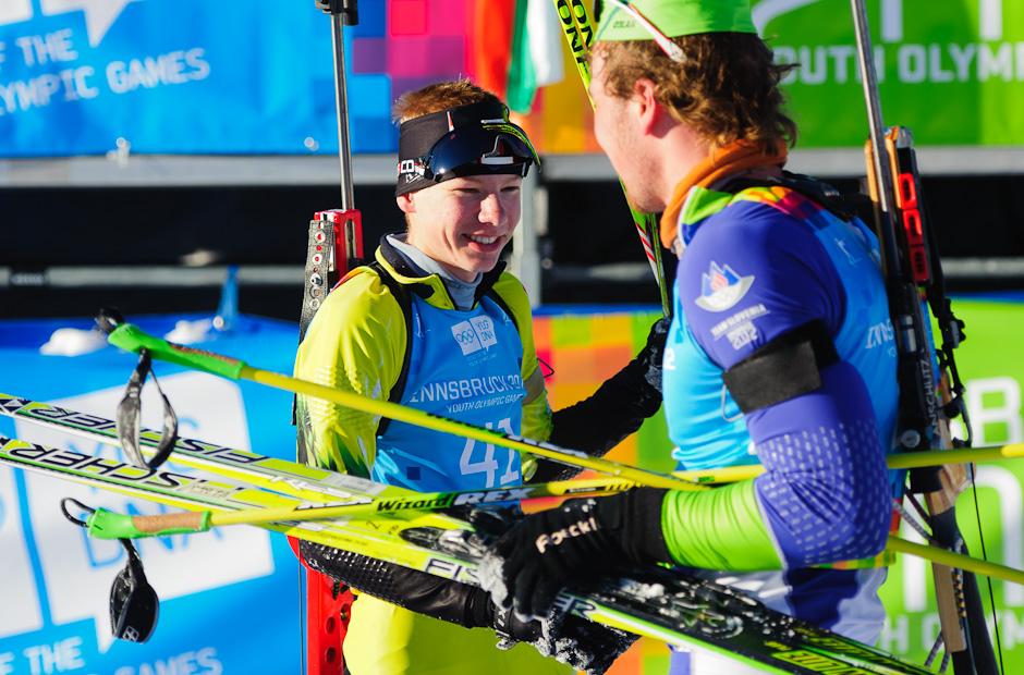 Ondrej Kosztolányi v cieli podáva ruku Vid Zabretovi (SLO) po stíhacích pretekoch v biatlone, Zimné Olympíjske hry mládeže, Seefeld Arena, Innsbruck - Rakúsko, Pondelok 16.1.2012