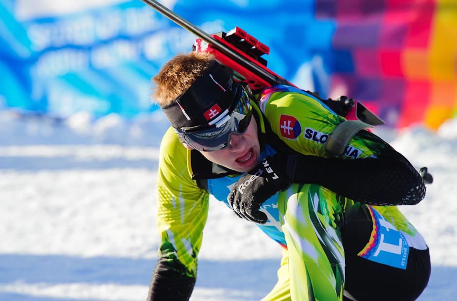 Ondrej Kosztolányi v cieli po stíhacích pretekoch v biatlone, Zimné Olympíjske hry mládeže, Seefeld Arena, Innsbruck - Rakúsko, Pondelok 16.1.2012