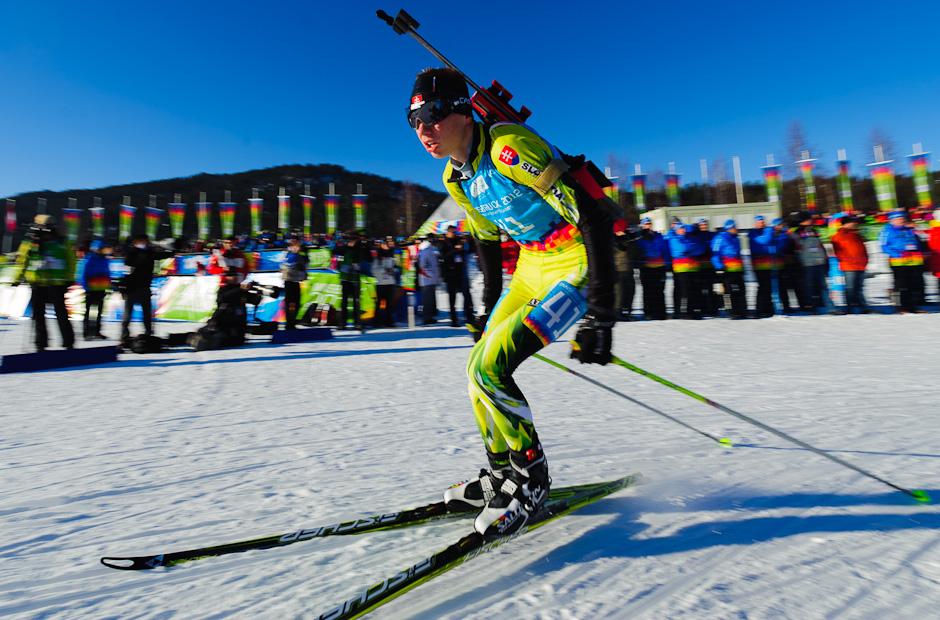 Ondrej Kosztolányi vybieha zo strelnice počas stíhacích pretekov v biatlone, Zimné Olympíjske hry mládeže, Seefeld Arena, Innsbruck - Rakúsko, Pondelok 16.1.2012