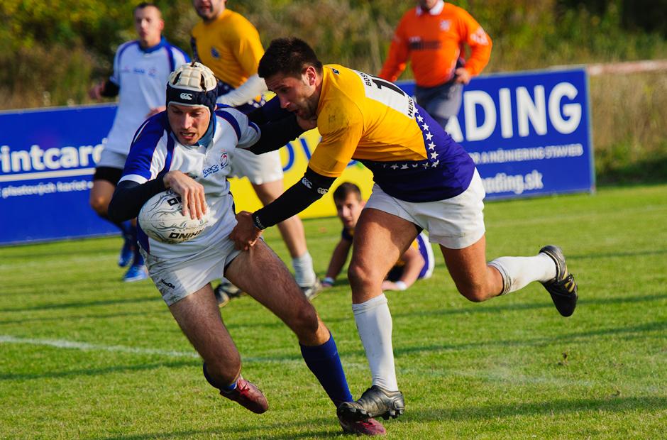 Petr Kozubík skóruje pre rugby tím Slovenska proti reprezentácii Bosny a Hercegoviny, ktorej podľahla 15:48, 17.10.2011 v Bratislavskom Čunove