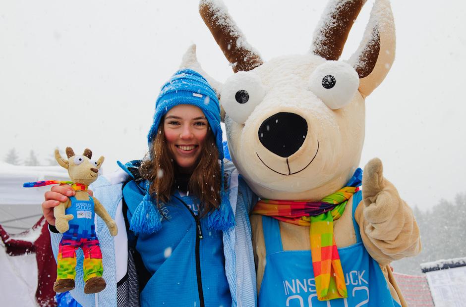 Petra Vlhová (vľavo) s Yoggl-om - maskotom Zimných Olympískych hier po zisku zlatej medaile v slalome dievčat, Innsbruck - Rakúsko, Piatok 20.1.2012