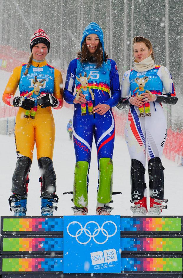Petra Vlhová (v strede) na stupni víťazov po slalome dievčat na Zimných Olympíjskych hrách mládeže, kde vyhrala zlatú medailu, Innsbruck - Rakúsko, Piatok 20.1.2012