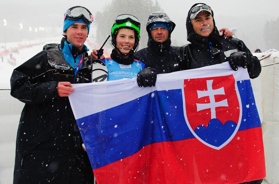 Petra Vlhová s tímom po zisku zlatej medaily v slalome dievčat, Zimné Olympíske hry mládeže, Innsbruck - Rakúsko, Piatok 20.1.2012