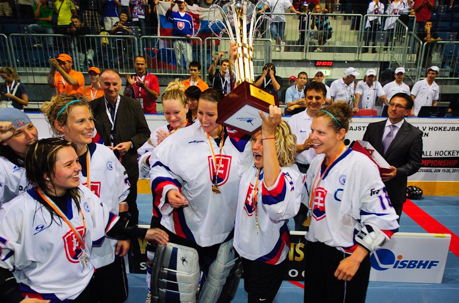 Preberanie trofeje hokejbalistiek Slovenskej republiky po finálovom zápase s Kanadou, štadión Ondreja Nepelu, Bratislava, 23.6.2011