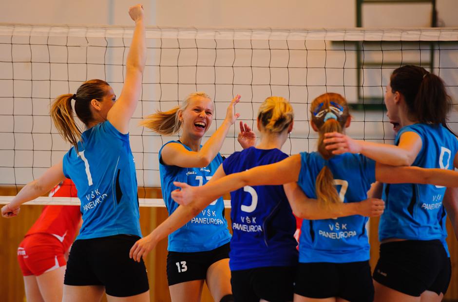 Radosť hráčiek Paneurópy v zápase VŠK Paneurópa - VISTAreal Pezinok, v boji o tretie miesto volejbalovej extraligy žien ktorý na domácej pôde vyhrala Paneurópa 3:0, Bratislava, Sobota 21.4.2012
