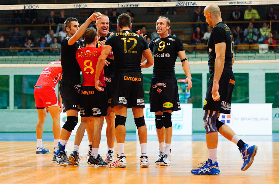 Radosť hráčov Volley Team Unicef Bratislava po víťazstve nad Trenčínom v Bratislavskom PKO, 9.10.2011
