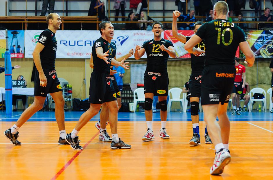 Volley Team Unicef Bratislava sa raduje po vyhratom sete nad Trenčínom v Bratislavskom PKO 9.10.2011