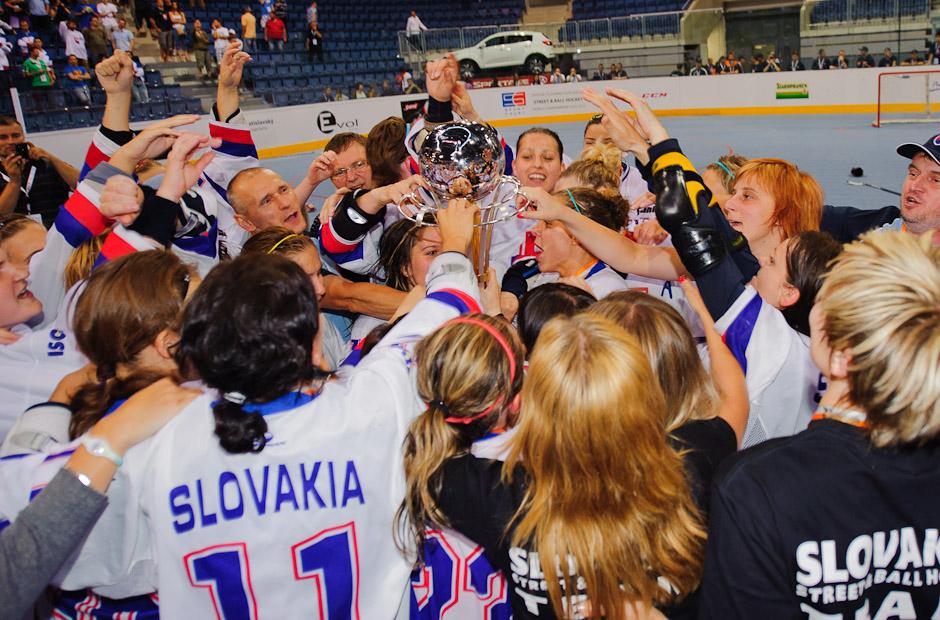 Tím hokejbalistiek Slovenska si užíva trofej po víťazstve nad družstvom Kanady (1:0) počas Majstrovstiev sveta v hokejbale žien, štadión Ondreja Nepelu, Bratislava, 23.6.2011