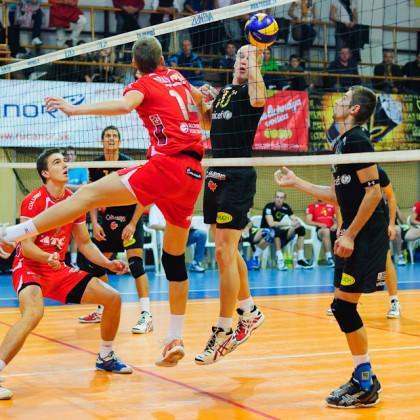 Napriek veku sú reflexy Richarda Nemca skvelé a nesklamali ani počas zápasu Volley Team Unicef Bratislava - Trenčín v Bratislavskom PKO, 9.10.2011