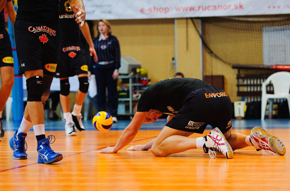 Richard Nemec sa hnevá po neúspešnom bloku počas zápasu Volley Team Unicef Bratislava - Trenčín v Bratislavskom PKO, 9.10.2011