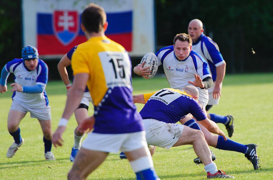 Rugby v útoku uštedrí súperom občas aj tvrdé údery, rugby tím Slovenska proti reprezentácii Bosny a Hercegoviny, ktorej podľahla 15:48, 17.10.2011 v Bratislavskom Čunove