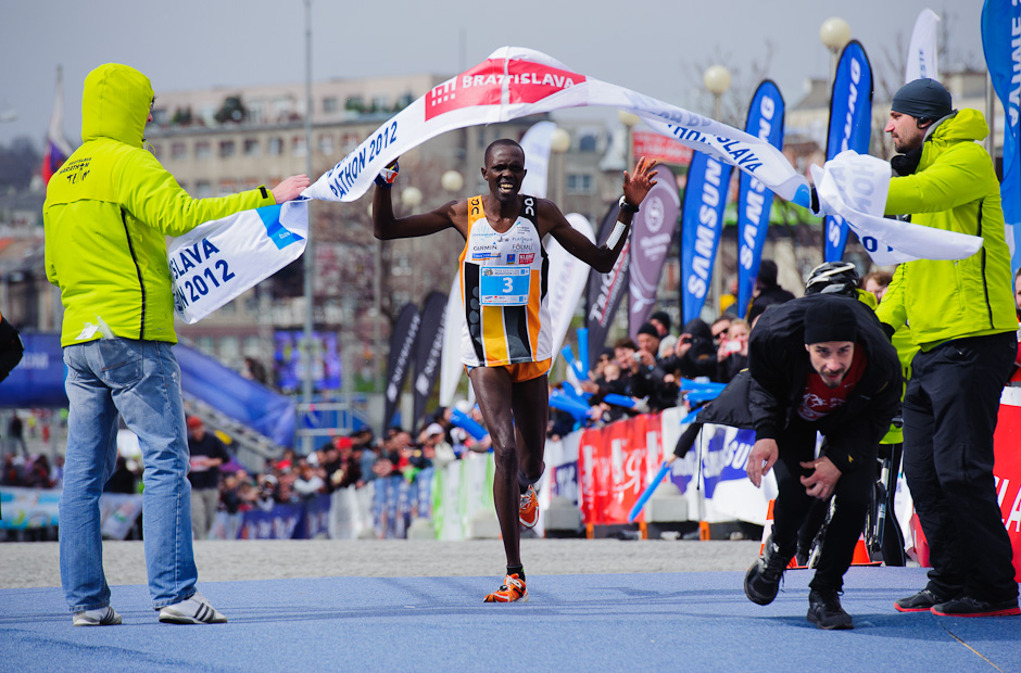 Samoei Micah Kiplagat ako víťaz maratónu mužov, ČSOB Bratislava Marathon 2012, Bratislava, Nedeľa 1.4.2012