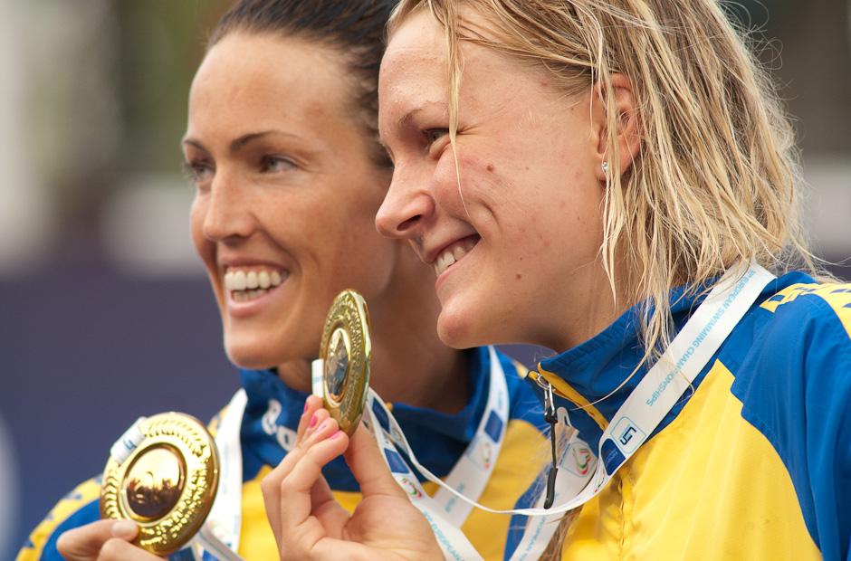 Sarah Sjoestroem (SWE) získala v 100m motýlik prvenstvo (vpravo), jej krajanka Therese lshammar (SWE) zaplávala vo finále tretí najlepší čas. Majstovstvá Európy v plaveckých športoch 2011, Budapešť - Maďarsko, 13.8.2010