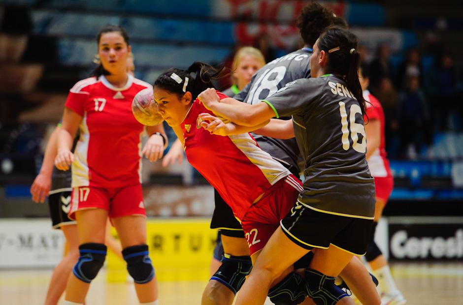 Simona Horváthová sa snaží pretlačiť cez obranný val tvorený Kupkovičovou a Štefíkovou v zápase Inter SC Bratislava - HK Piccard Senec, Hant aréna, Bratislava, 6.11.2011