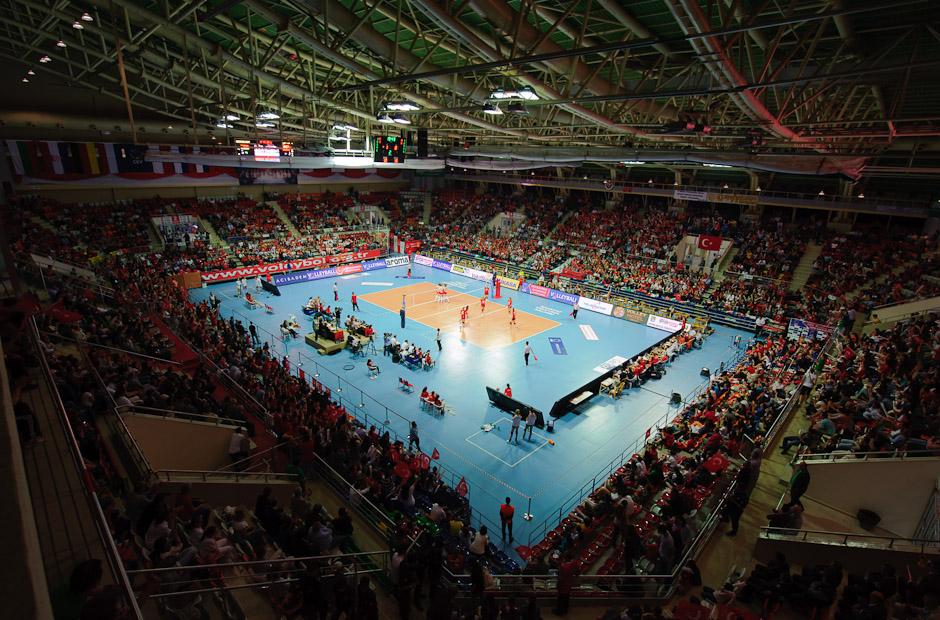 Naplnená hala Baskent Voleybol Salonu v Ankare (TUR) v prvom zápase domácich proti tímu Nemecka, Olympíjska kvalifikácia žien vo volejbale na XXX. Hry Olympiády v Londýne, Ankara - Turecko, Štvrtok 3.5.2012