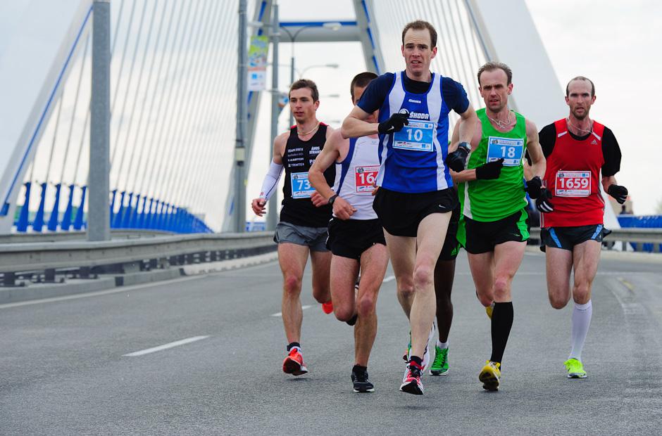 Skupinka bežcov na moste Apollo, ČSOB Bratislava Marathon 2012, Bratislava, Nedeľa 1.4.2012