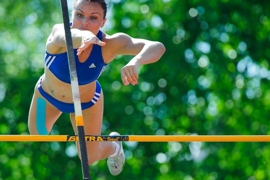 Slavomíra Sľúková pri pokuse o prekonanie Slovenského rekordu v skoku o žrdi na Atletickom Kritériu SNP 2012, Banská Bystrica, Sobota 19.5.2012