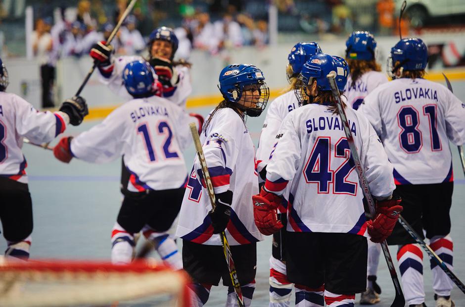 Tím Slovenských hokejbalistiek oslavuje po prvom a zároveň a jedinom góle finálového zápasu s hokejbalistkami Kanady, štadión Ondreja Nepelu, Bratislava, 23.6.2011