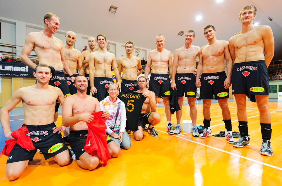 """Spoločná fotografia Volley Team Unicef Bratislava """"hore-bez"""" ako výhra v tombole pre fanúšičku po zápase proti Trenčínu v Bratislavskom PKO, 9.10.2011"""