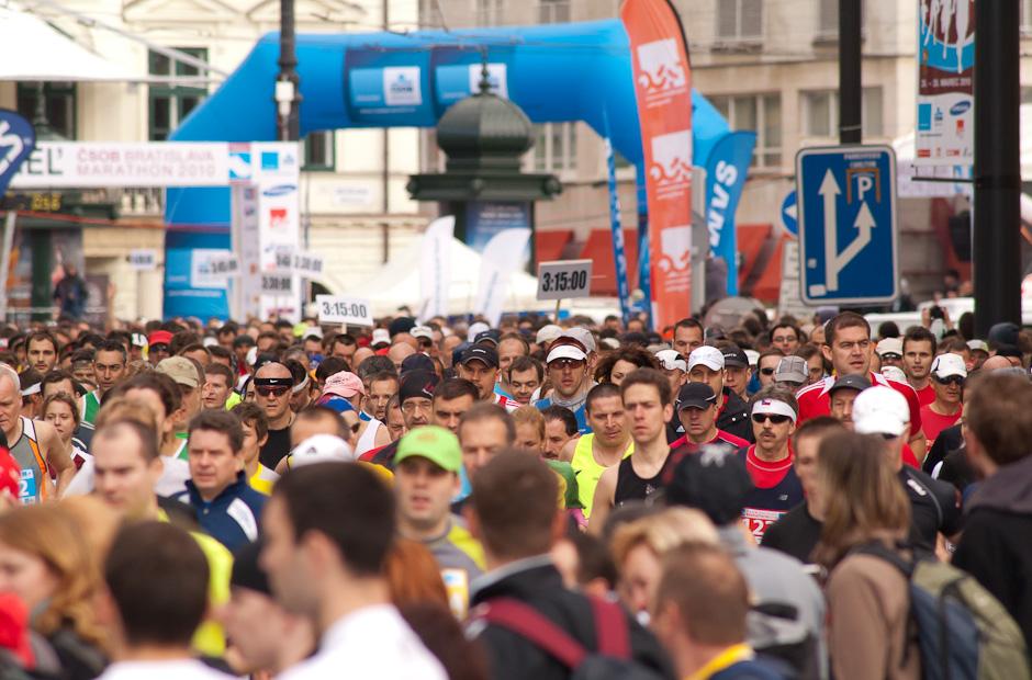Štart maratónu a polmaratónu v starom meste počas ČSOB Bratislava Marathon 2010, Bratislava, Nedeľa 28.3.2010