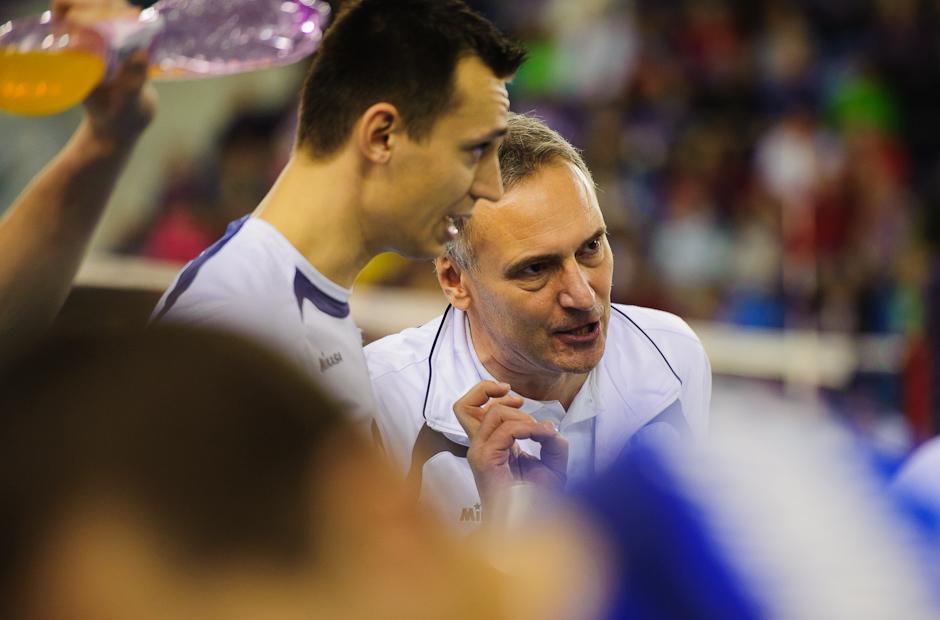 Tréner Štefan Chrtiansky dáva taktické pokyny volejbalistom počas zápasu proti Španielsku, Poprad aréna, Poprad, Streda 23.11.2011